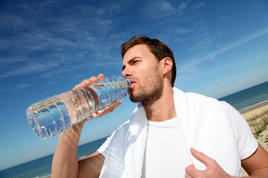 man drinking water to lose weight