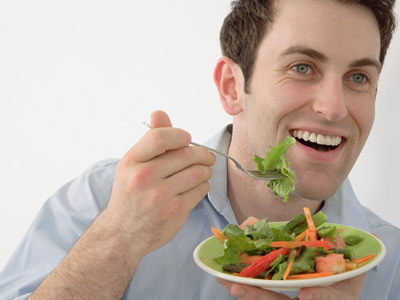 man eating healthy to lose weight