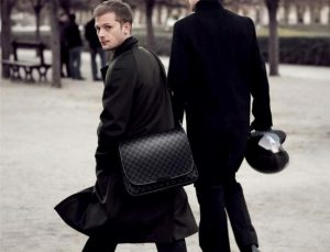 a man bag can cause back pain
